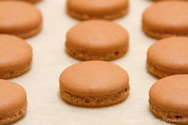05 - Herme - Шоколадные макаронс